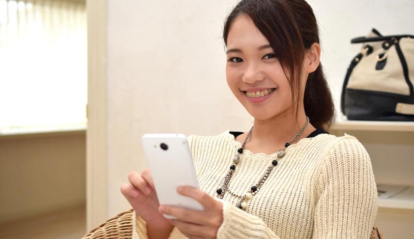 スマートフォンを眺める女性
